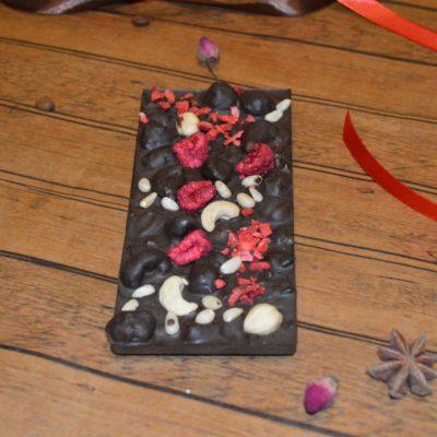 Плитка из горького шоколада с фундуком, кешью, кедровым орехом, клубникой и малиной, 80 гр.