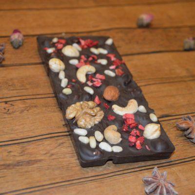 Плитка из горького шоколада с орехами и клубникой, 80 гр.