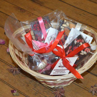 Подарочный набор из трех мини-плиток и ассорти из маленьких сердечек в корзине, 200 гр.