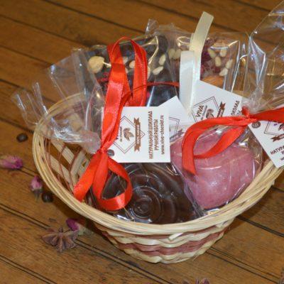 Подарочный набор из двух больших плиток, шоколадной фигуры роза и большого шоколадного сердца в корзине, 240 гр.