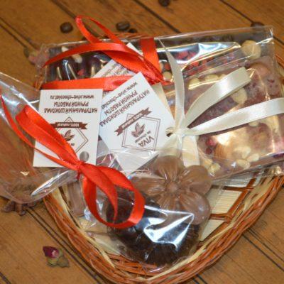 Подарочный набор из двух больших плиток и набора шоколадных цветов ассорти в маленькой корзине, 220 гр.