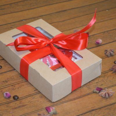 Подарочный набор из мини-плитки, шоколадных фигур розы, клубники и маленьких сердечек в коробке, 220 гр.