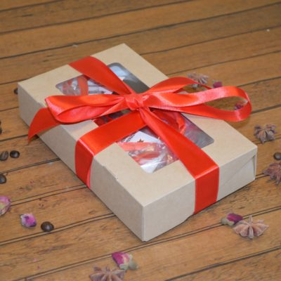 Подарочный набор из шоколадных фигур цветов, маленьких сердец, дольки, медианта и большой клубники в коробке, 200 гр.