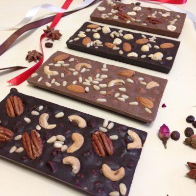 Плитки из темного и молочного шоколада с орехами, 100 гр.